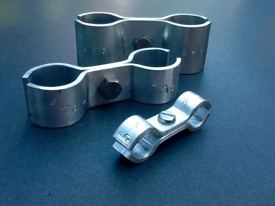 Double pipe clamps port tube cable